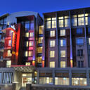This elegant 4-star hotel is just 500 metres from the V&A Waterfront and the Two Oceans Aquarium. It has an outdoor pool, massage services and panoramic views of Table Mountain.